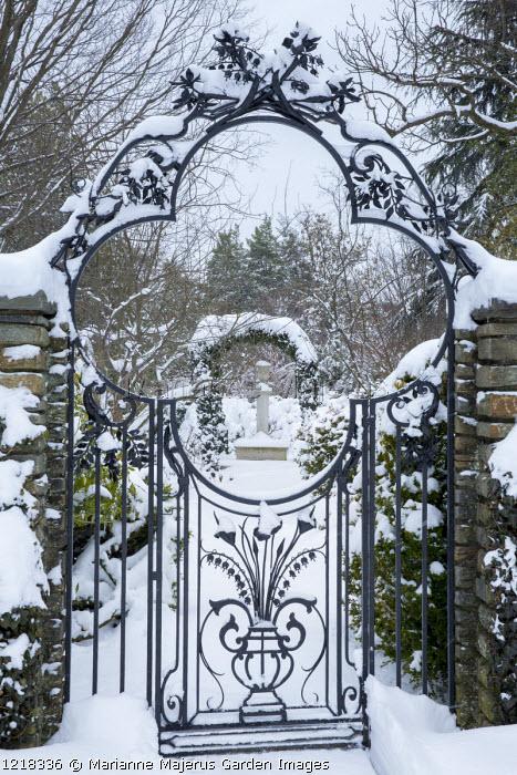 Quatrefoil gate, view to Terrier column