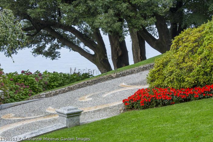 Pebble mosaic paved driveway, impatiens, Hydrangea macrophylla