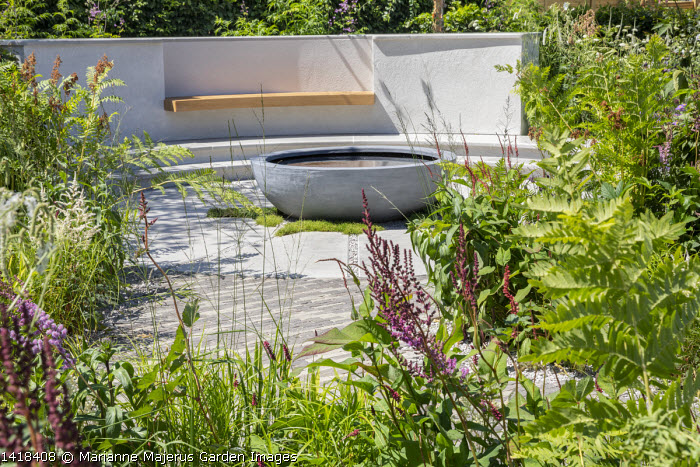Circular raised pond, built-in bench in rendered wall, Persicaria amplexicaulis, Osmunda regalis, astilbe