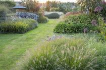 Grass path, Pennisetum alopecuroides 'Gelbstiel', Solidago caesia, Eupatorium maculatum (Atropurpureum Group) 'Riesenschirm', Symphyotrichum ericoides 'Schneegitter' syn. aster, Persicaria amplexicaul...