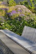 Built-in wooden bench, Rosa 'Apfelblüte', Sesleria autumnalis, Aster dumosus 'Zwergenhimmel', Aster trifoliatus subsp. ageratoides 'Asran', Stephanandra Incisa 'Crispa'